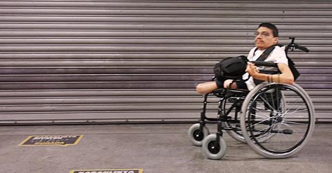 Engelli asansörü bu kepengin ardında